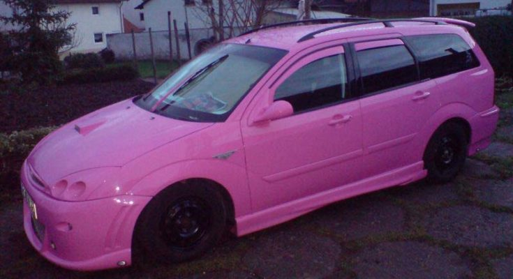 Różowy Ford Focus Kombi ujęcie z lewej